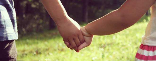 手を繋ぐ子どもたち